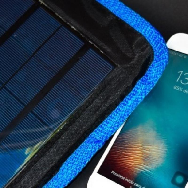 Egresados de la UNAM crean cargador de energía solar para celulares.