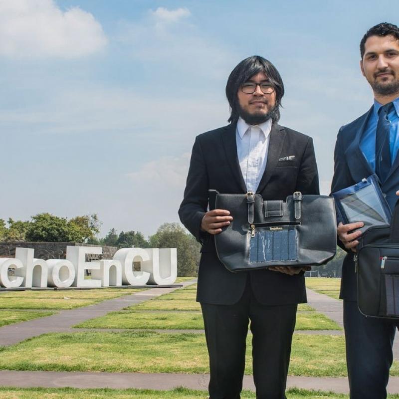 Egresados de la UNAM crean cargador de energía solar para celulares.-1