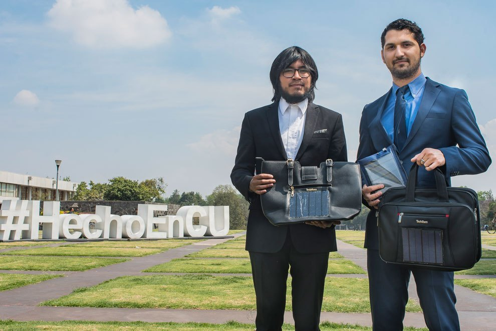 Egresados de la UNAM crean cargador de energía solar para celulares._